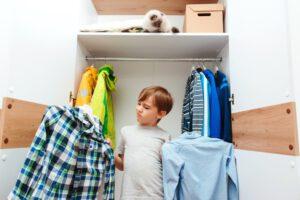 Kiedy dziecko powinno zacząć ubierać się samodzielnie?
